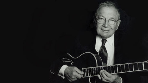 o guitarrista de jazz Bucky-Pizzarelli