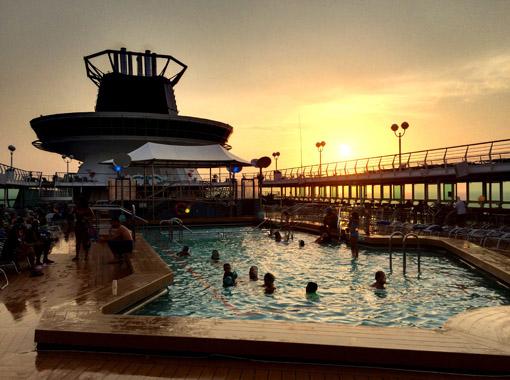 piscina por do sol